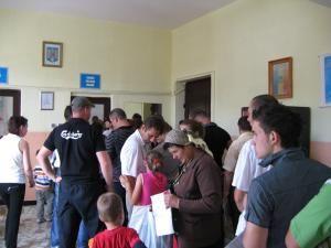 Serviciul Paşapoarte Suceava este luat zilnic cu asalt de sute de persoane