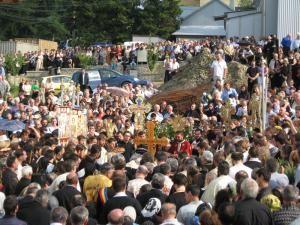 La slujba de înmormântare au participat peste o sută de preoţi, în frunte cu ÎPS Teofan, ÎPS Serafim şi ÎPS Pimen