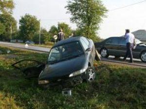 Autoturismul Ford în care se aflau cele trei persoane din Braşov a fost lovit violent de un Mercedes