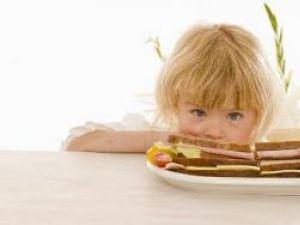 Părinţii ar trebui să elimine sandvişurile cu mezeluri din alimentaţia copiilor lor Foto: FoodCollection