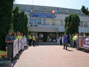 Protest: Fluierături în faţa IPJ Suceava
