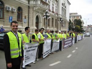 Protestul s-a desfăşurat fără incidente şi s-a limitat doar la pichetarea sediului Prefecturii