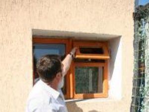 Iliuţă Rusu aratând pe unde a intrat hoţul