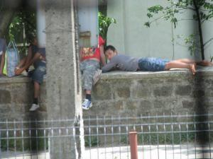 Tinerii romi şi-au făcut un obicei din a sta pe gardul de piatra al monumentului