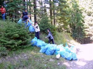 Gunoiul aruncat de turiştii certaţi cu bunul-simţ a fost adunat ieri din masivul Rarău de un grup format din peste 40 de voluntari