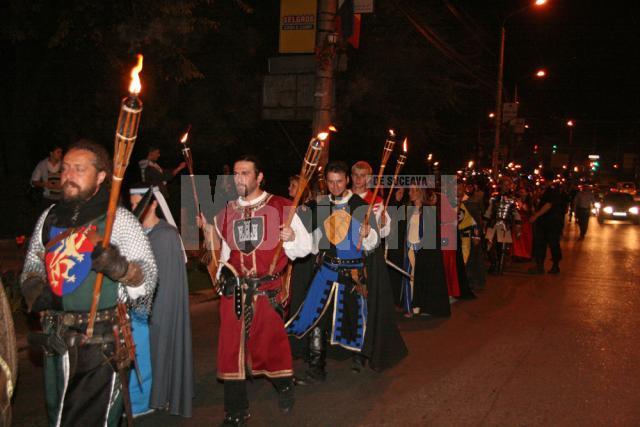 """Parada pe străzile Sucevei a participanţilor ediţiei din acest an a Festivalul de Artă Medievală """"Ştefan cel Mare"""""""
