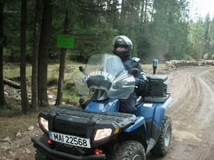 Jandarmii i-au căutat ore întregi prin pădure cu ajutorul unui ATV
