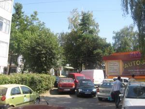 Şoferii care parchează aiurea blochează traficul de pe străzile secundare