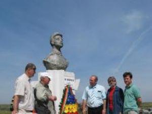 Coroană cu tricolor la monumentul eroului bucovinean Ion Grămadă