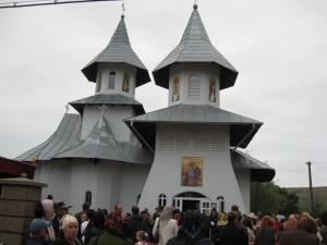 """Sute de credincioşi au participat la sfinţirea Bisericii """"Sfântul Dumitru"""" din Hănţeşti"""