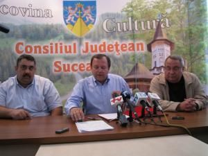 Gheorghe Flutur şi reprezentanţii firmelor constructoare, la semnarea contractului pentru modernizarea drumul judeţean Vatra Dornei - Şaru Dornei - Panaci