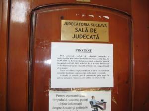 Pe uşile sălilor de judecată au fost lipite afişe prin care justiţiabilii sunt anunţaţi că şedinţele au fost suspendate