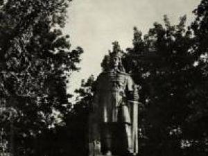 Statuia lui Ştefan cel Mare, pe când era la intrarea în parcul din centrul Sucevei