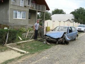 Maşina şi gardul, făcute praf