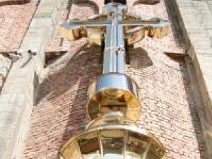 Crucea a fost confecţionată din inox aurit şi are peste 7 metri şi aproape o tonă şi jumătate
