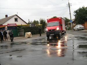 """Un butoi în care se afla carburant a """"aterizat"""" în stradă, căzut de pe o maşină al cărei şofer a plecat de la faţa locului"""