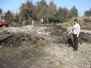Geanina Mihaela Onciu, pe locul unde până sâmbătă noapte era gospodăria în care trăia
