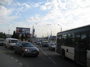 Mulţi dintre ocupanţii maşinilor aflate în trafic au preferat să meargă pe jos