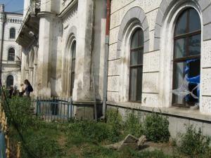 Construită în urmă cu 138 de ani, Gara Iţcani arată acum ca o clădire aproape părăsită