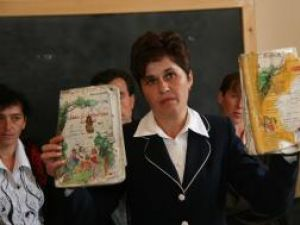 Aşa arată manualele pe care le-au primit ieri elevii din Văşcăuţi
