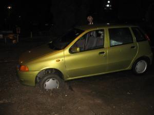 Maşina a intrat cu ambele roţi din faţă într-un şanţ săpat perpendicular în carosabil în apropierea Restaurantului Gloria