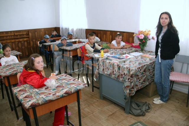Învăţătoarea Lolica Pavel şi elevii din clasele I-IV