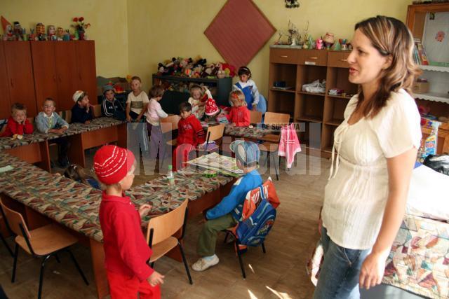 Educatoarea Tatiana Apetrei şi copiii de grădiniţă