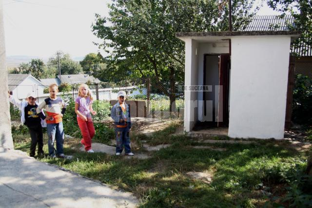 Copiii folosesc acelaşi grup sanitar cu clienţii barului