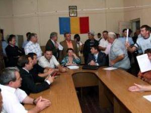 Preşedintele Consiliului Judeţean Suceava, Gheorghe Flutur, a încercat să le explice nemulţumiţilor că proiectul respectă toate standardele europene