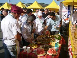 Membrii juriului, degustând preparatele gătire de bucătarii restaurantului Taco Loco