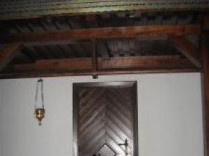 Clopotul folosit iniţial în ansamblul format dintr-o biserică şi o casă ţărănească a fost mutat în pridvorul casei bucovinene