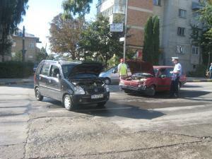 Cele doua autoturisme implicate în accident