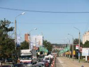 De ieri, circulaţia a fost blocată şi pe al doilea tronson, dintre semaforul de la Carrefour şi sensul giratoriu din faţa podului de trecere peste calea ferată