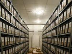 Rafturi cu dosare la depozitul CNSAS. Foto: MEDIAFAX