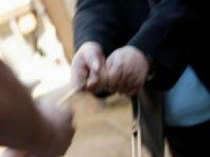Trei femei au fost atacate de un individ care le-a smuls genţile. Foto: ALAMY