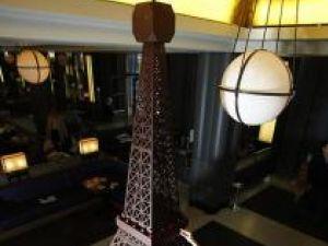 Turnul Eiffel sculptat în ciocolată
