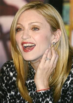 Madonna a donat o pereche de pantofi Christian Dior pentru balul de Halloween al Ovidiu Rom