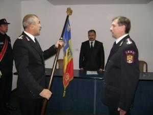 Colonelul Ungureanu, predandu-i  colonelului Burlui drapelul unitatii