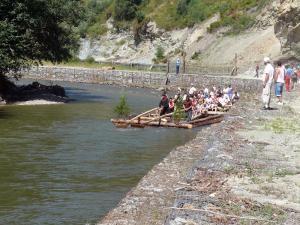 Una din îndeletnicirile locuitorilor din Ciocăneşti este mersul cu pluta pe Bistriţa