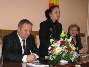 """Vasile Timiş, Margareta Labiş şi Angela Zarojanu, la deschiderea Festivalului Naţional de Poezie """"Nicolae Labiş"""","""