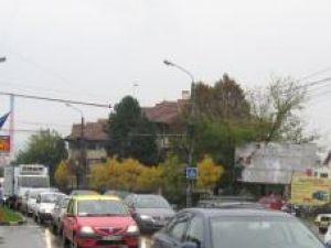 Sute de maşini au fost ieri blocate în trafic pe Calea Unirii, pe sensul de mers spre Centru