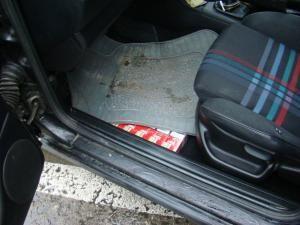 Şoferul ascunsese ţigările şi sub preşuri