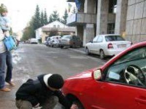 Maşina s-a blocat într-o groapă formată în asfalt în faţa sediului Finanţelor