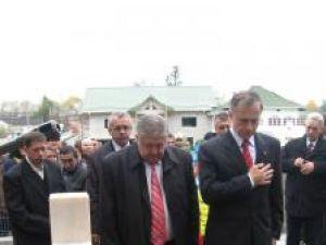 Liderul PSD Mircea Geoană a depus o coroană de flori la mormântul sublocotenentului postmortem Ioan Grosaru, ucis în anul 2007 într-o misiune în Irak
