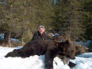 Vânătorul american şi ursul împuşcat de el
