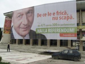 Clarificare: Afişele de promovare a referendumului lui Băsescu sunt plătite de PD-L