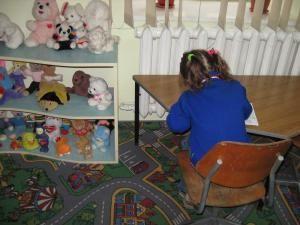 În centrul de zi, copiii primesc trei mese şi sunt antrenaţi în diverse activităţi educative