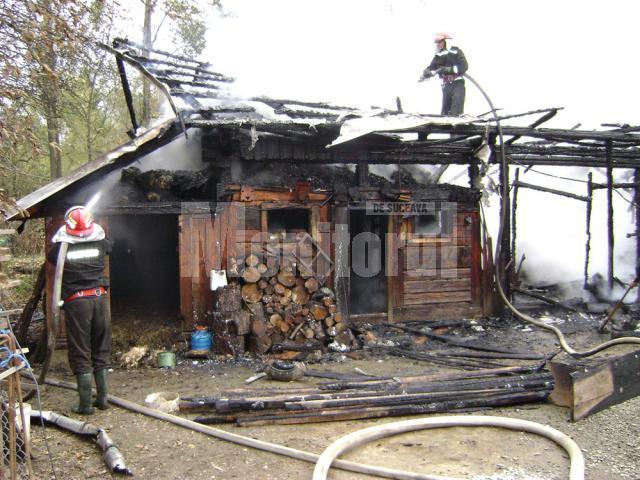 Flăcări cât casa: Gospodărie distrusă de flăcări, la Vicovu de Jos