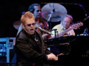 Elton John şi-a anulat trei concerte din cauza unei gripe şi a unei infecţii