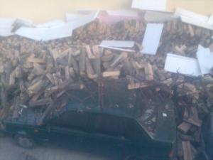 Stiva de lemne s-a prăbuşit peste maşinile din curtea vecinului lui Mircea Grosaru